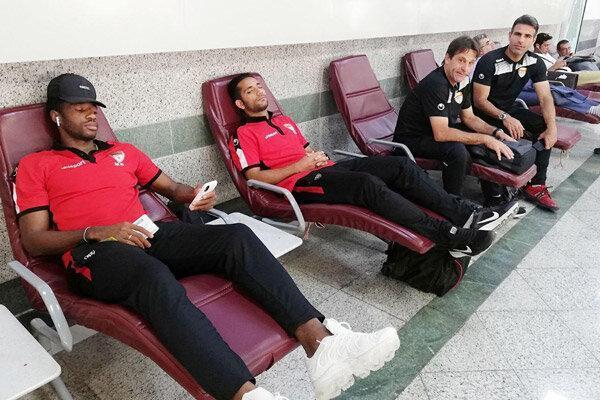 سردرگمی اعضای تیم فوتبال فولاد خوزستان در فرودگاه اصفهان