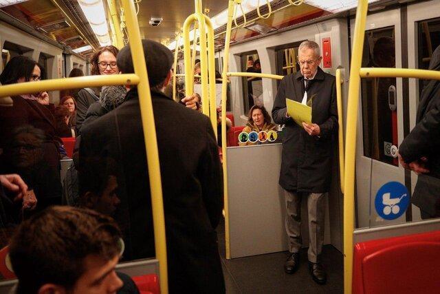 رییس جمهور اتریش در مترو در حال خواندن متن