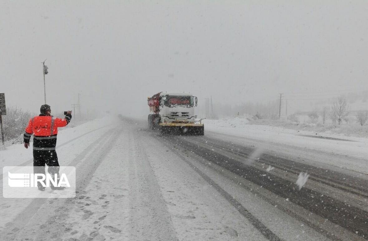 خبرنگاران جاده های جوین و جغتای در خراسان رضوی برف روبی شد