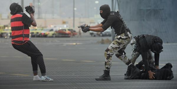 تمسخر نیرو های امنیتی عربستان توسط معارضان خبرنگاران